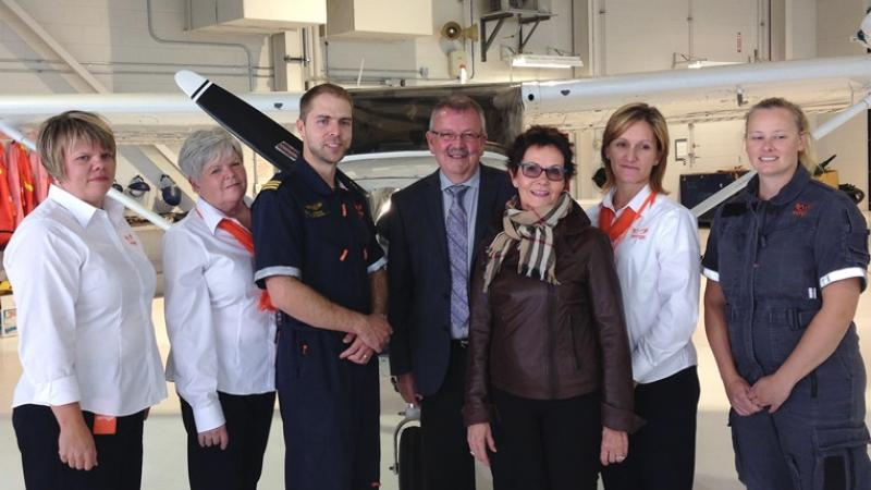 Confederation College President Jim Madder (centre) with Ornge Board Director Patricia Lang (third from right) and Ornge employees celebrate the expansion of Ornge's award criteria to support more Aboriginal and northern learners